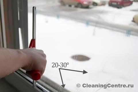 Примерный угол, при котором стяжка легко и непринужденно двигается по стеклу, не оставляя за собой полос — 20-30°